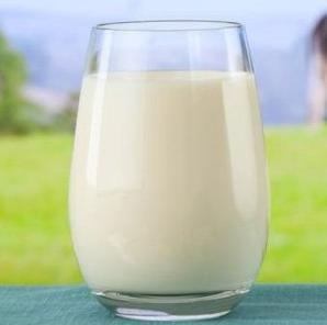 الحليب لتفتييح و تبييض البشرة
