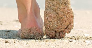 تعرف على فوائد المشي حافيَ القدمين