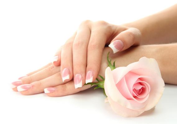 وصفات منزلية فعالة لتنعييم وترطيب اليدين