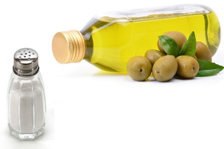 زيت الزيتون والملح لتنعيم و تبييض الركب والأكواع
