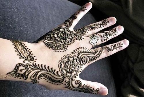 نقش حنة اليد على شكل زهور