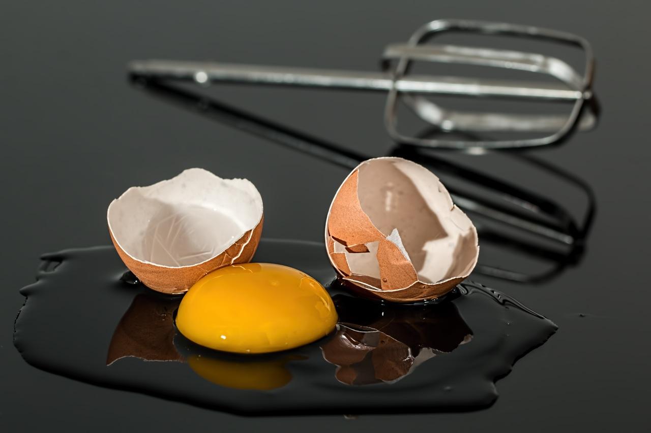 بياض البيض لشد البشرة الدهنية