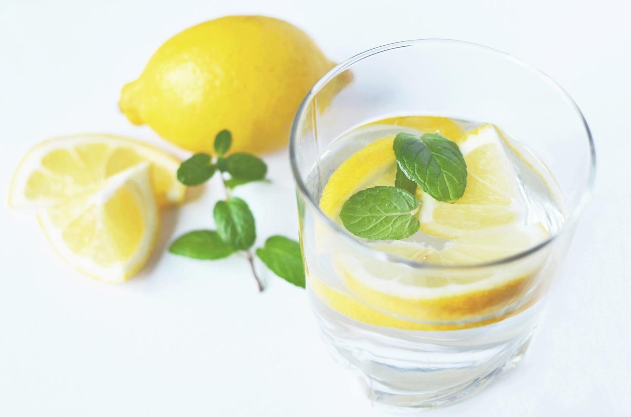 عصير الليمون لتقشير و تطهير البشرة الدهنية
