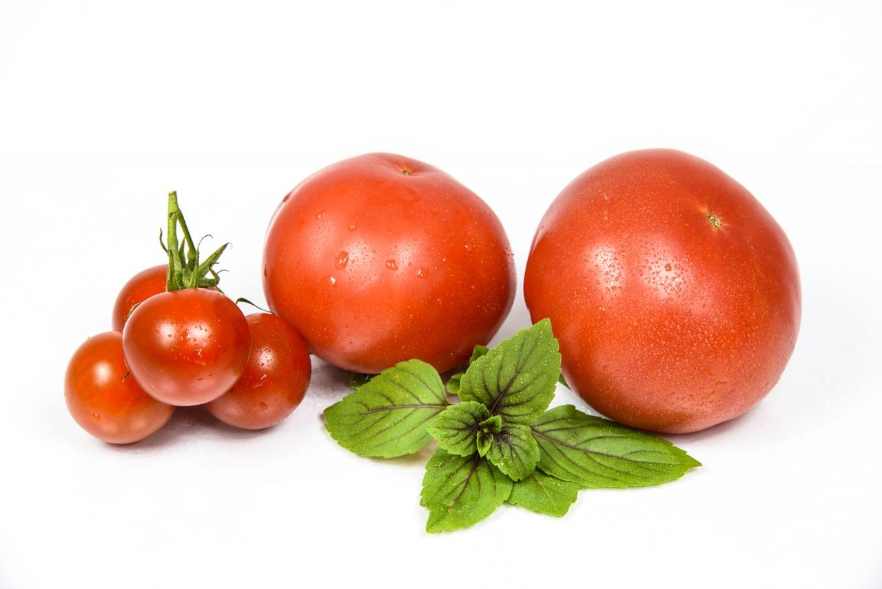 الطماطم لتبريد و إنعاش البشرة الدهنية